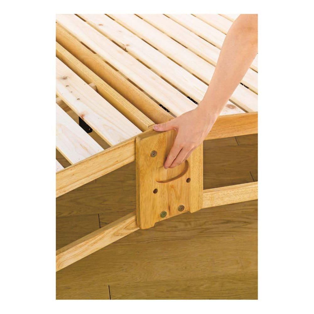 折りたたみ式ひのきすのこベッド シングルハイ 取っ手は掘り込みがあり、指をかけやすく、裏面のスプリングの力で女性でもラクに折りたたみできます。