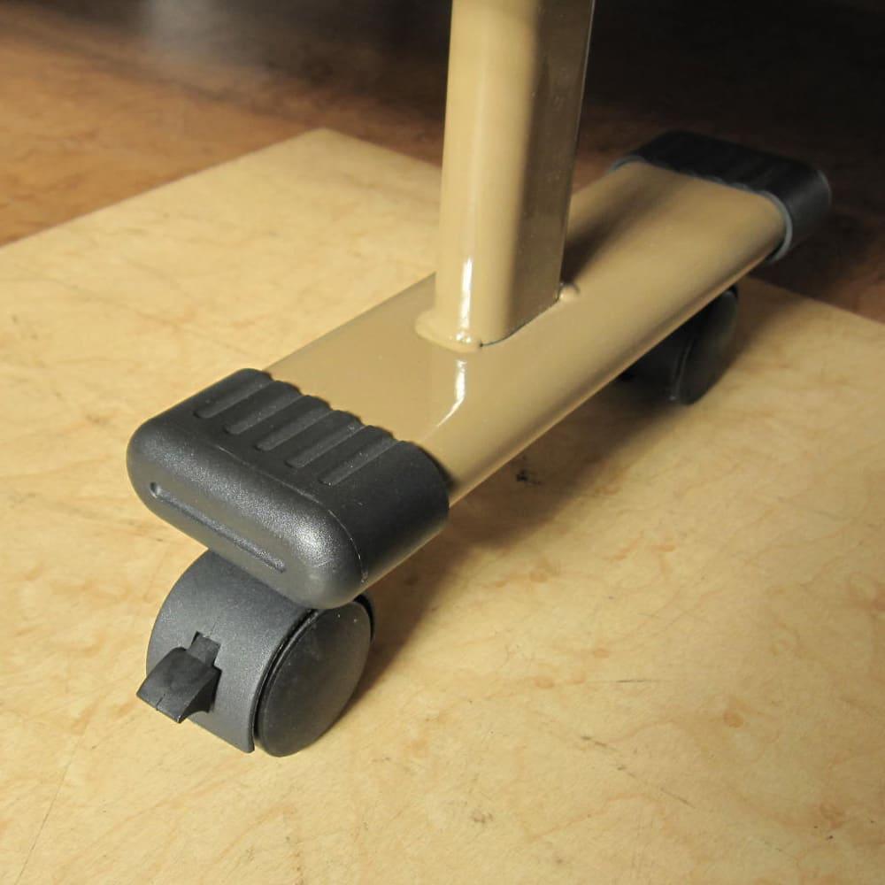 開梱してすぐ使える!組立不要 低反発ウレタン入り折りたたみリクライニングベッド キャスターは全部で8か所。うち4か所にストッパー付き。キャスターは360度回転式。