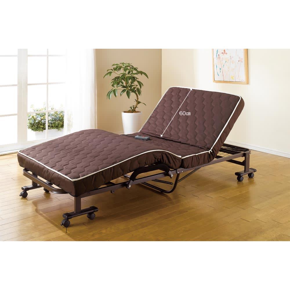 開梱してすぐ使える![組立不要]低反発ダブルリクライニング電動ベッド キャスターのストッパーは外側(計4個)に付いています。背もたれ部分は高さ約60cmです。