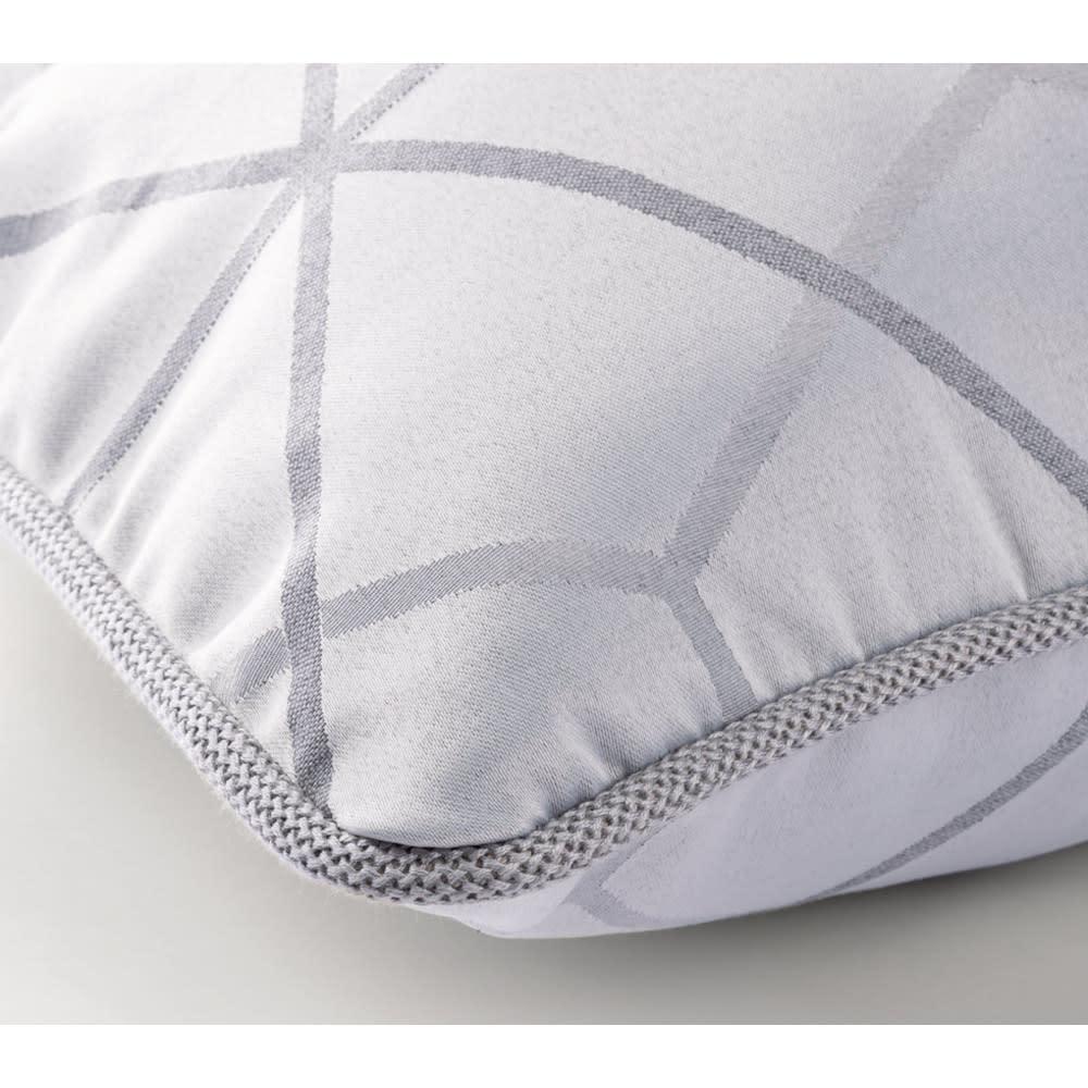 スペイン製ジャカード織りクッションカバー〈モノトーン〉1枚・約45×45cm用 同じ色を使った柄違いのクッションカバー。コードパイピングもおしゃれで、お客さまの視線を集めます。