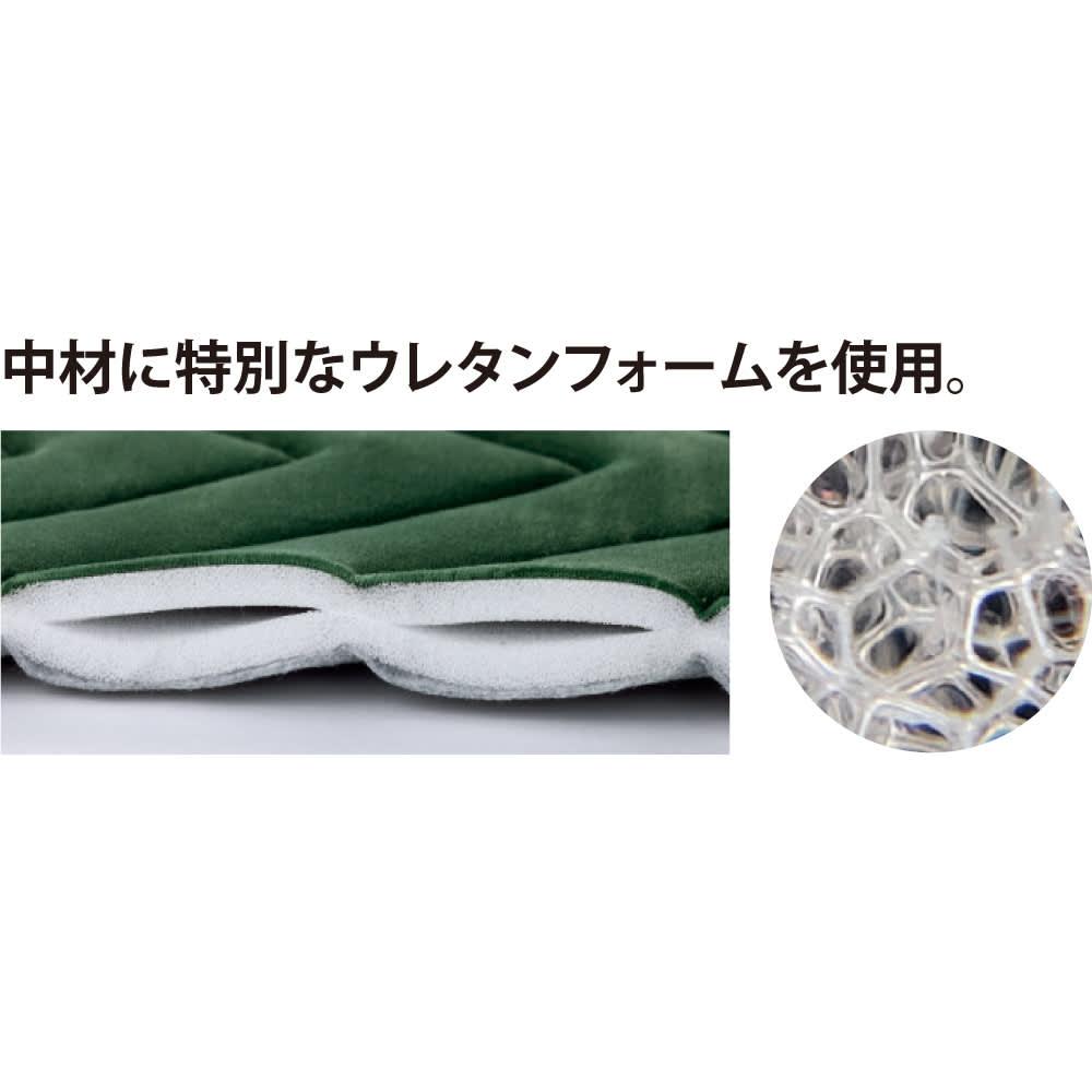もちもち洗えるキルトラグ(カーペット)【円形・オーバル】 中材には、やわらかくてクッション性に優れた厚さ約7mmのウレタンフォームを2枚使用。一般的なウレタンフォームに比べて通気性が高く、夏でもムレにくくなっています。また、透水性もよいため、洗えて乾きも早いウレタンです。