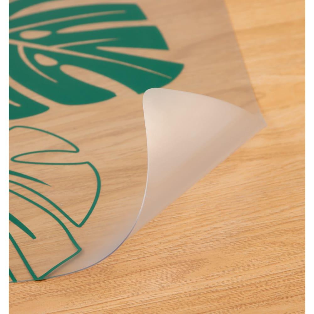 塩ビプリントキッチンマット<モンステラ> 引き出しの開け閉めにも邪魔にならない厚さ約1mmで床を保護。