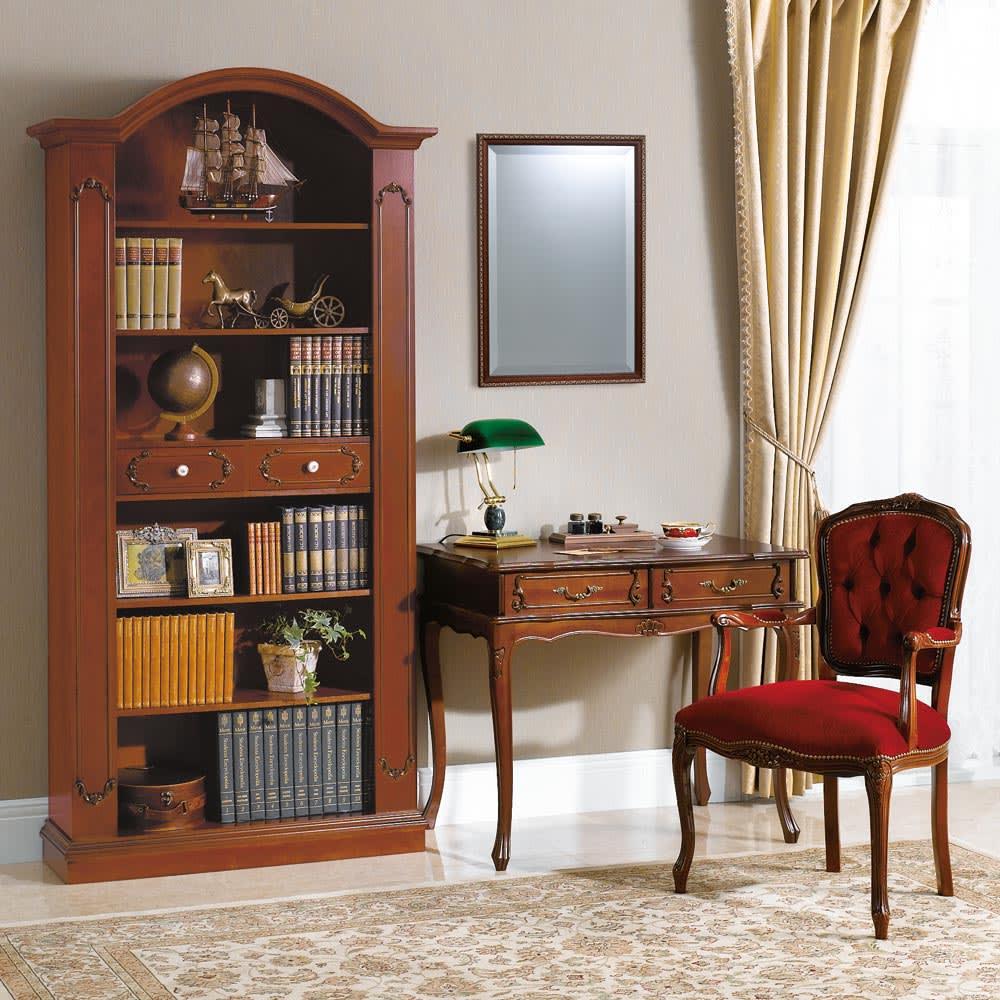 イタリア製クラシックシリーズ ブックシェルフ(飾り棚) 同シリーズデスクチェアとの組み合わせ。