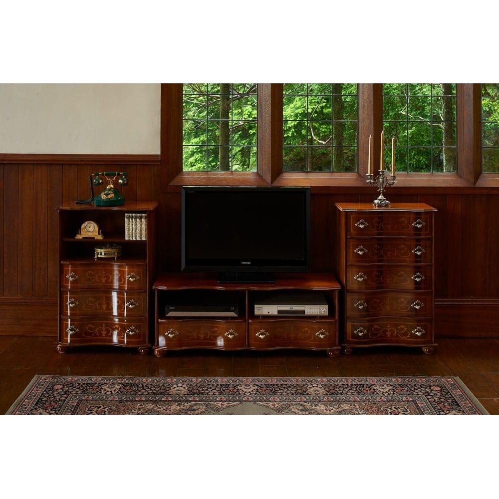 イタリア製象がんクラシック家具 テレビボード幅111cm 引き出し内部は透明な塗装が施されています。取り外し可能な引き出しで、奥のものまですっきりと取り出せます。