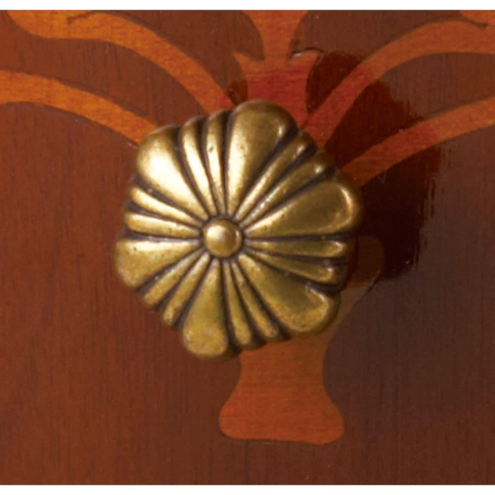 イタリア製象がんシリーズ ローキャビネット 引出の引き手はくすんだゴールド色。ちょっぴりアンティーク感も楽しめます。取っ手はつまみタイプになります。