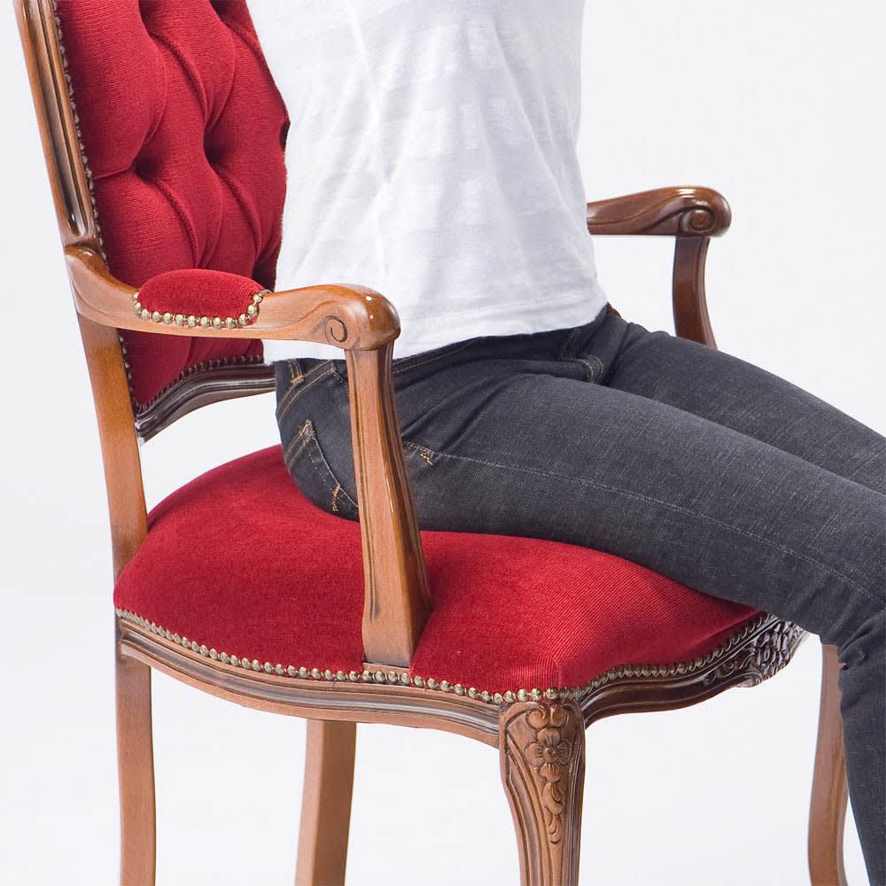 イタリア製クラシックシリーズ 肘付きチェア 座面にコイルスプリングを使用しているので、弾力のある座り心地。