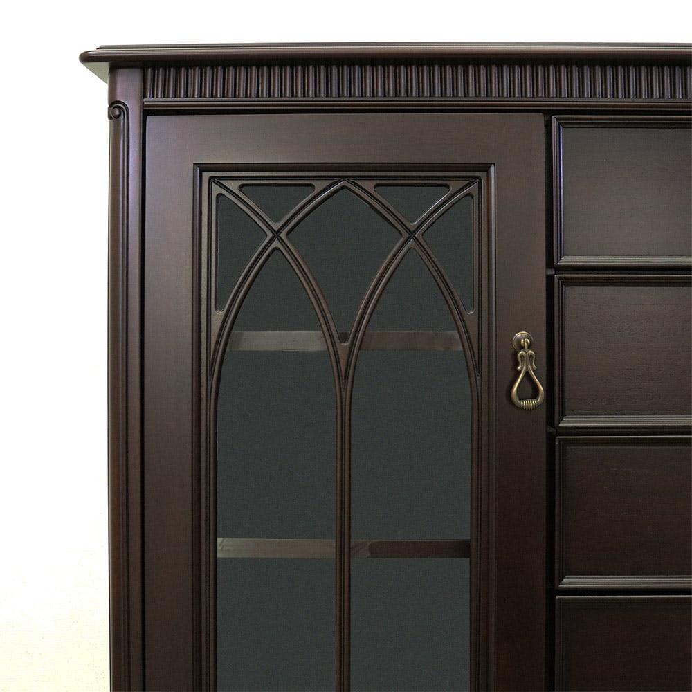 クラシカルロイヤル ケントハウスシリーズ サイドボード 扉は伝統を感じさせる格子模様のデザイン。