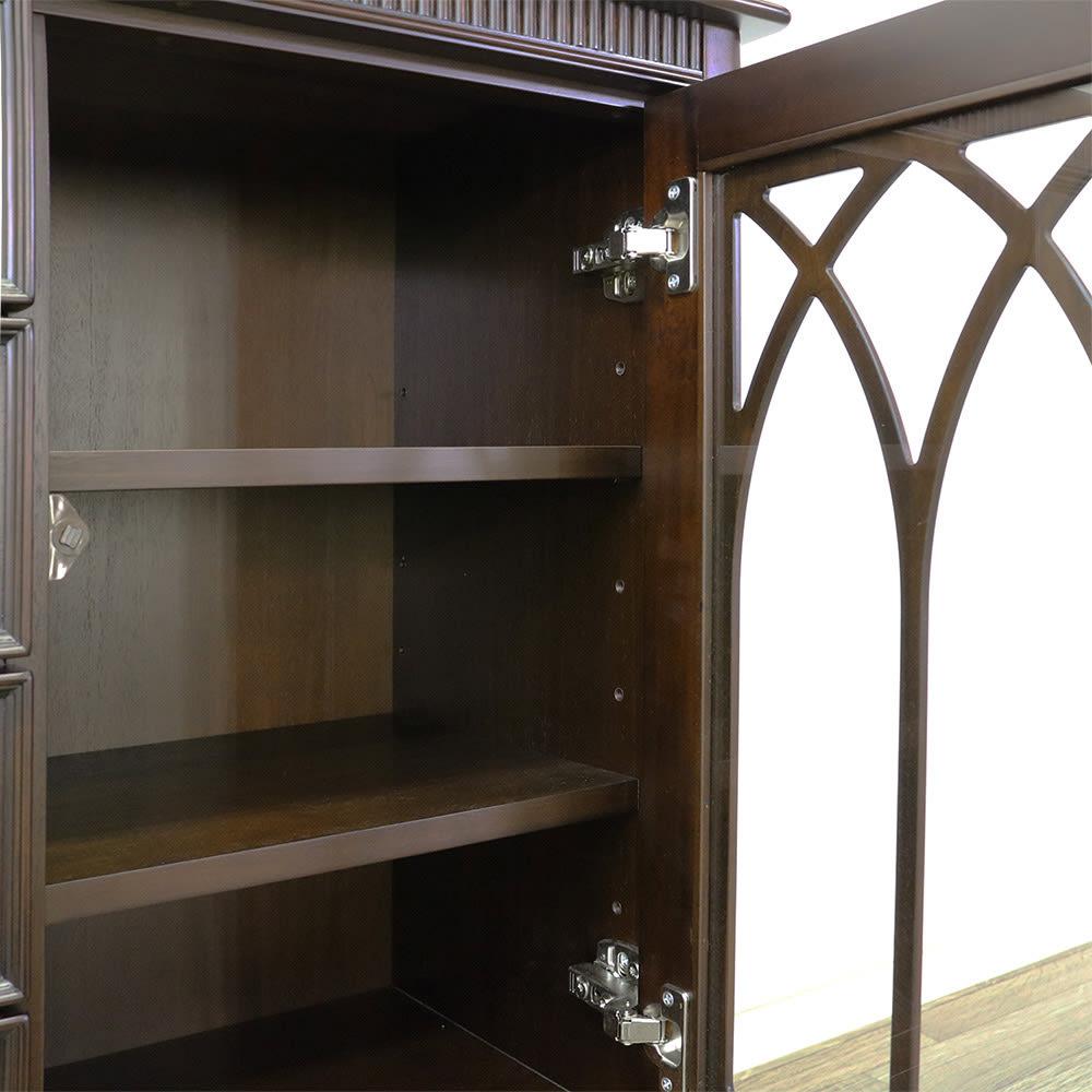 クラシカルロイヤル ケントハウスシリーズ サイドボード 扉内の棚板は便利な可動式。収納物の大きさに合わせて調整できます。