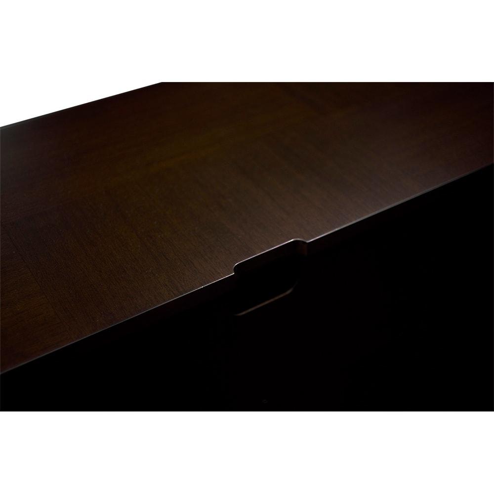 クラシカルロイヤル ケントハウスシリーズ ミドルテレビボード 天板の奥から配線コードを通せます。
