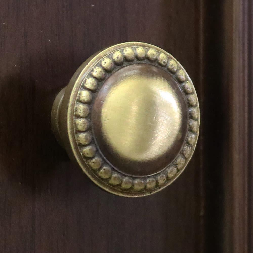 クラシカルロイヤル ケントハウスシリーズ キャビネット 美しい装飾が施された扉の取っ手。細かい部分も妥協せずにデザインしています。