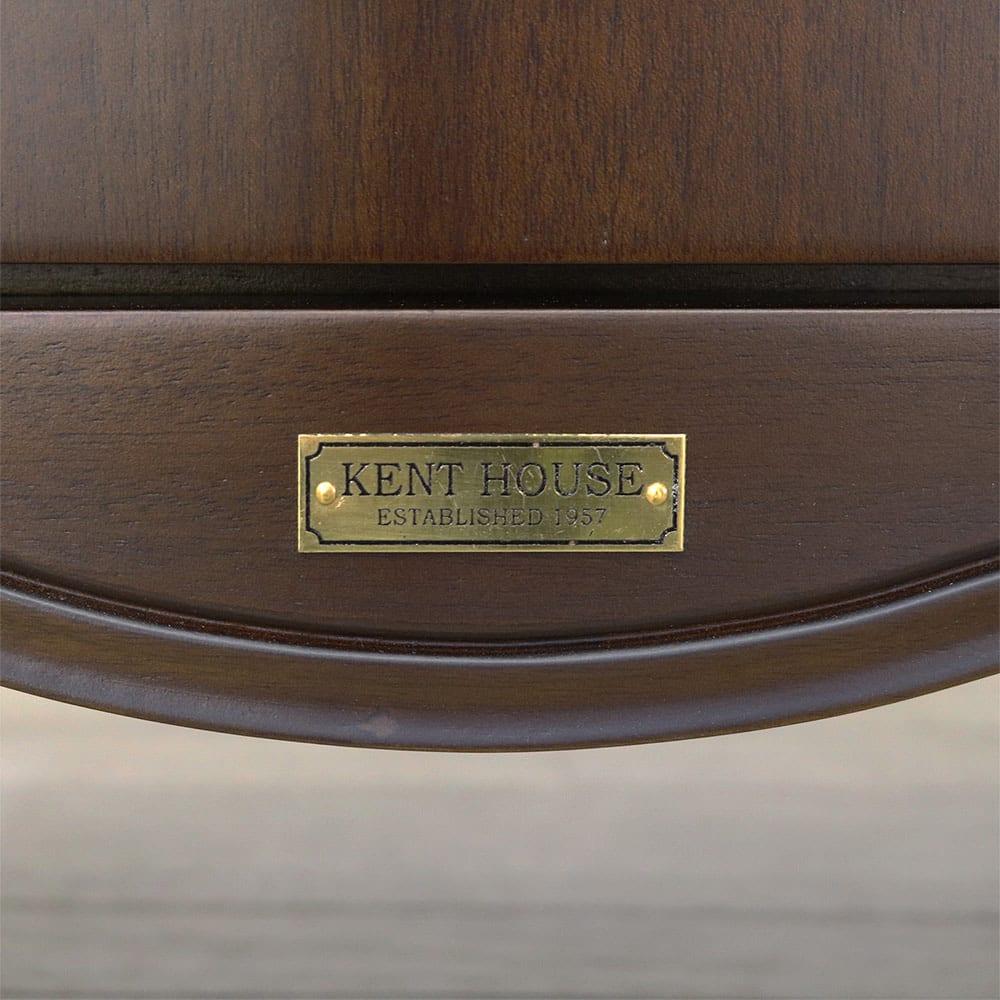 クラシカルロイヤル ケントハウスシリーズ キャビネット 金属製のエンブレムがアンティークな雰囲気を際立たせます。