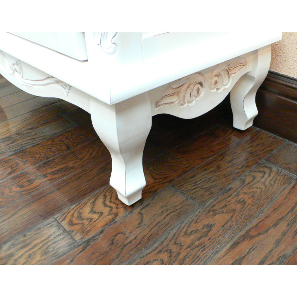 アンティーク調クラシック家具シリーズキャビネット・幅110cm 猫足の美しい足元。側面まで細やかなデザインを施しました。