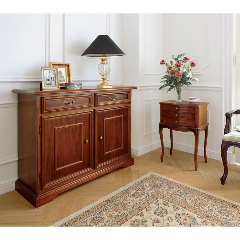 イタリア製 コンパクト収納家具シリーズ 猫脚サイドチェスト 3杯タイプ 美しい曲線デザインで、お部屋に高級感を添えます。