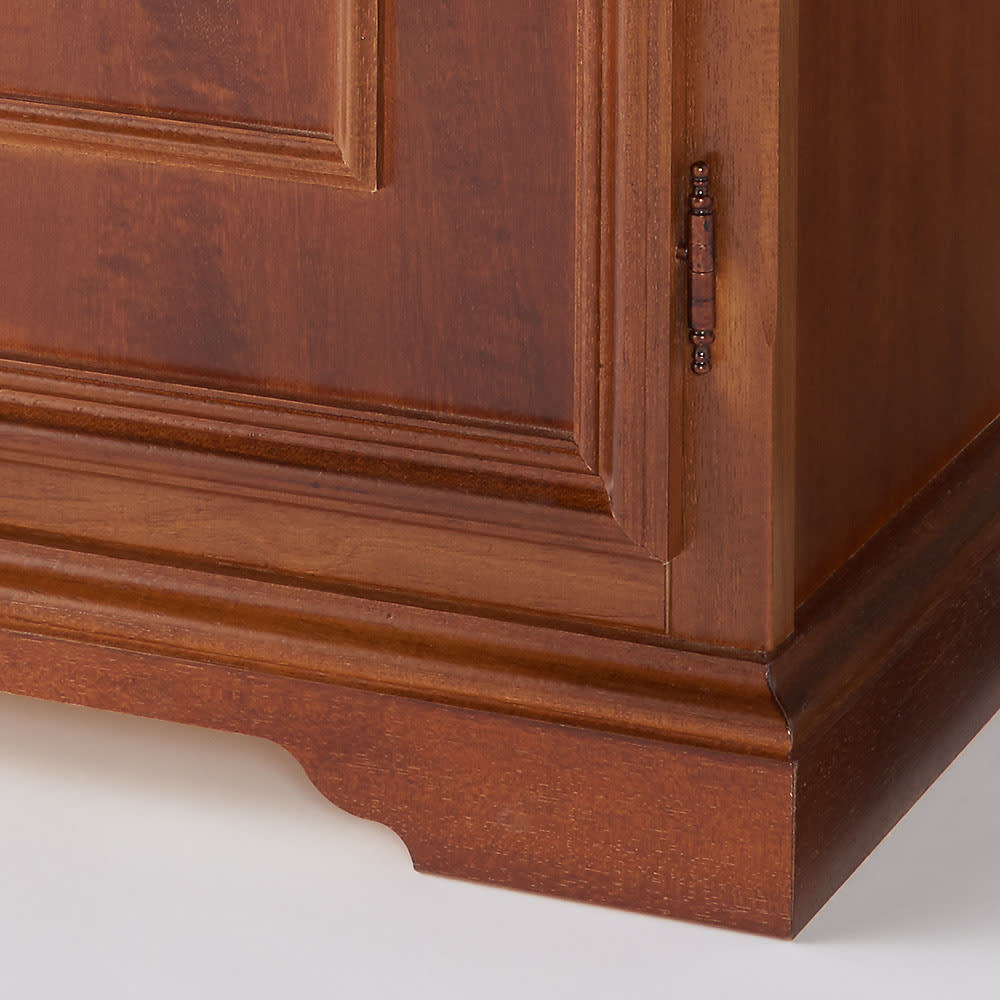 イタリア製 コンパクト収納家具シリーズ キャビネット(リビングボード) 細部まで丁寧に彫刻が施されています。