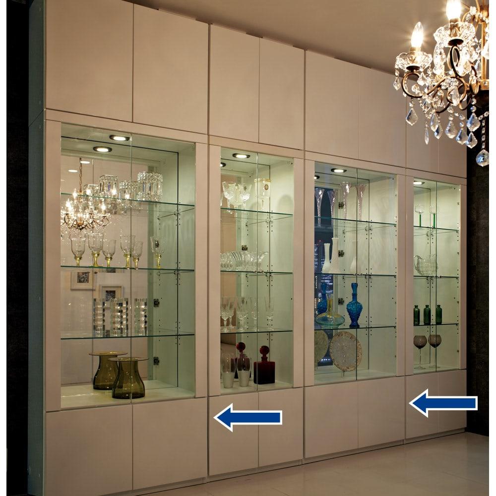 美しく飾れる 光沢仕上げ収納システム ガラス扉コレクションケース 幅80cm (ア)ホワイト≪組合せ例≫ ※こちらの写真は天井高さ240cmの夜間設定で撮影しています。実際の商品色は別の写真をご覧ください。