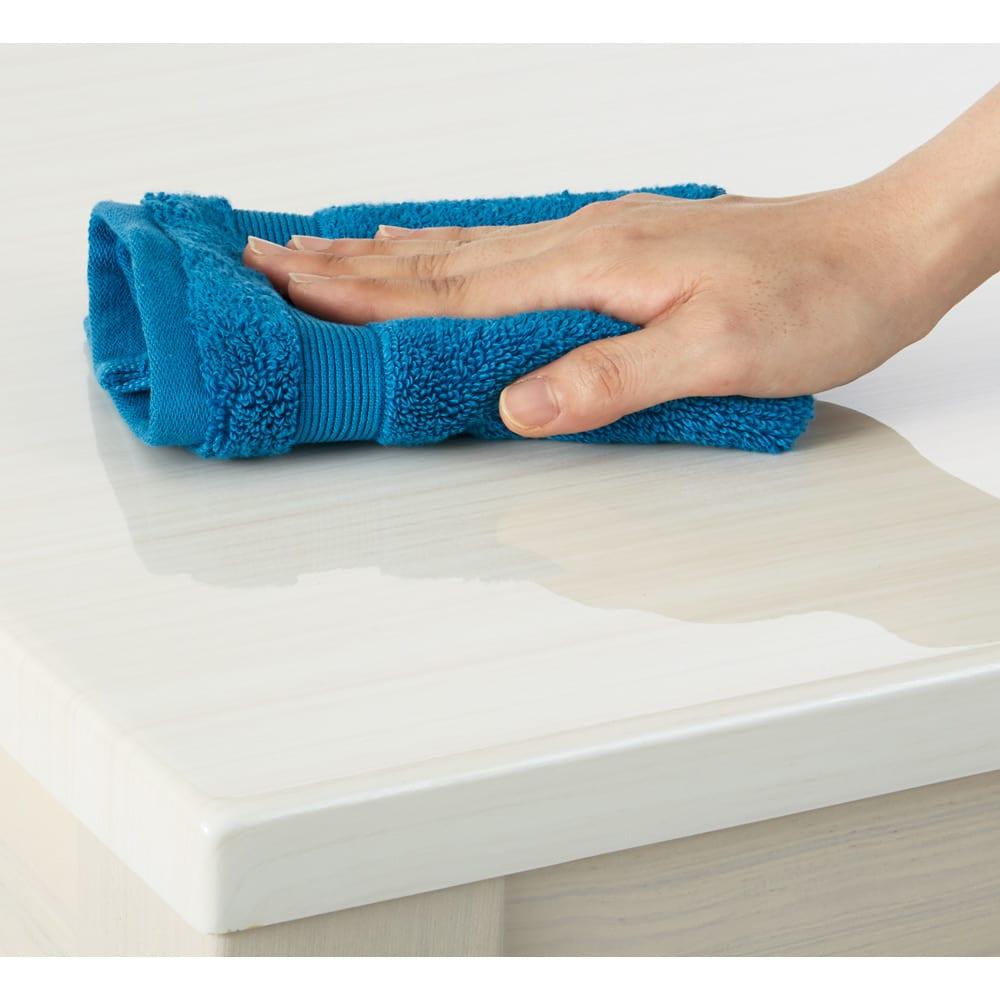光沢が美しい 伸長式 モダン ダイニングテーブル 天板は熱やキズ、汚れに強くお手入れもサッとひと拭き。