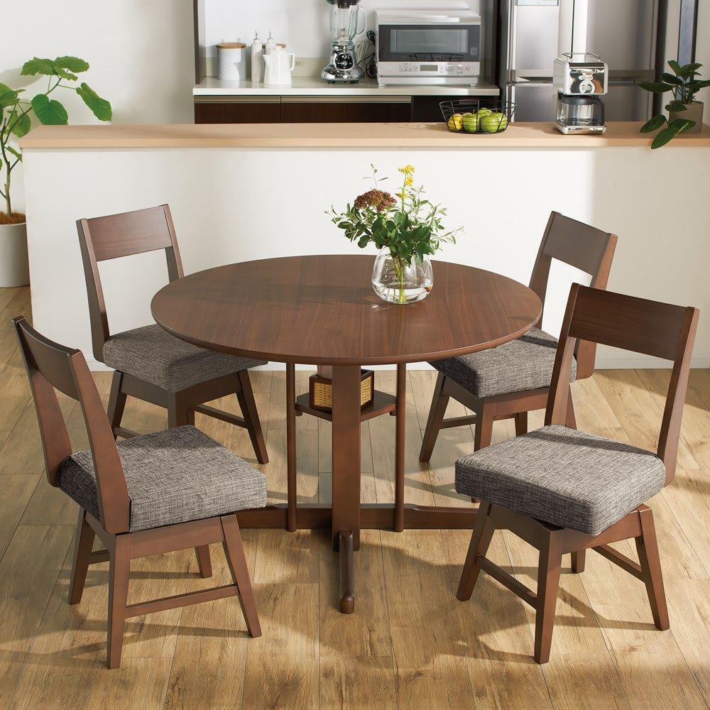 会話が弾む円形棚付きダイニングシリーズ 5点セット(丸型棚付きテーブル 径110オーク+カバーリング回転チェア×4) 使用イメージ ※写真のテーブルはウォルナットです。