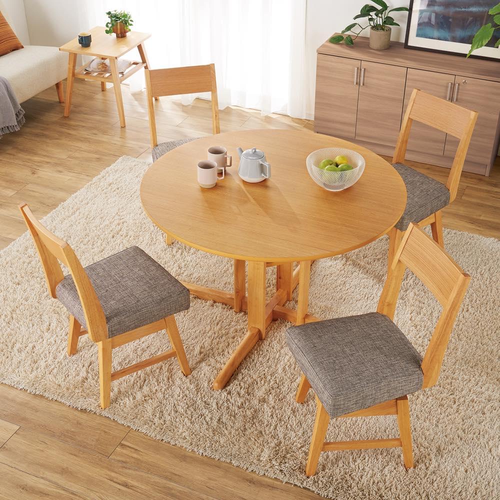 会話が弾む円形棚付きダイニングシリーズ 5点セット(丸型棚付きテーブル 径110ウォルナット+カバーリング回転チェア×4) 使用イメージ ※写真のテーブルはオークです。