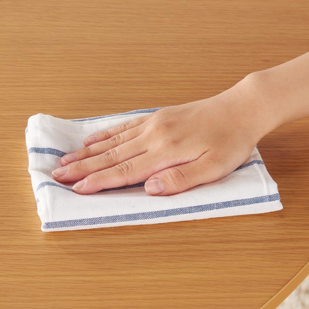 会話が弾む円形棚付きダイニングシリーズ 5点セット(丸型棚付きテーブル 径110ウォルナット+カバーリング回転チェア×4) ウレタン塗装で水や汚れもサッとひと拭き。(※お届けの色とは異なります)