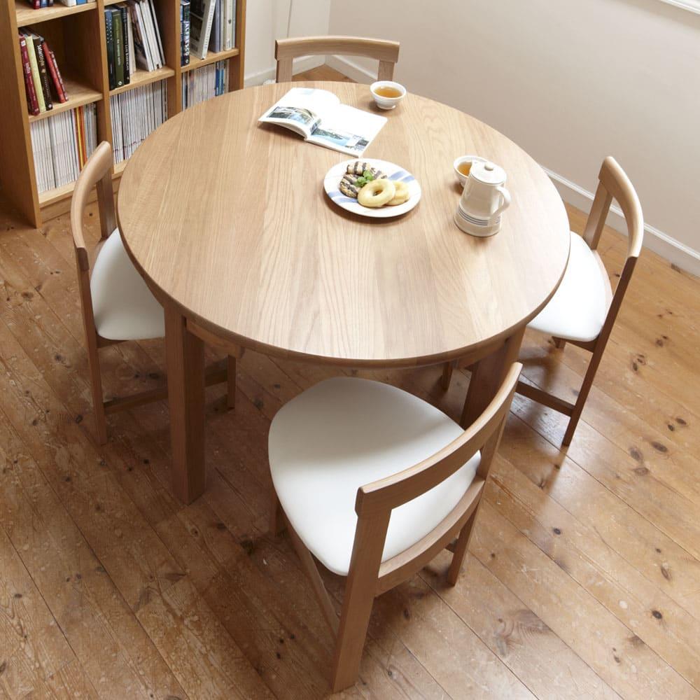省スペースラウンドダイニングシリーズ お得な5点セット(テーブル+チェア2脚組×2) 木部にはウレタン塗装を施し汚れも配慮。汚れたらサッと拭き取れます。