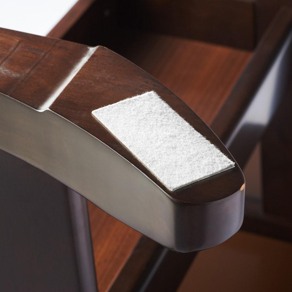 省スペース収納庫付きソファダイニング3点セット(棚付きテーブル+左カウチソファ+収納庫付き2人掛けソファ) テーブル脚部  床と接する部分には床キズ防止のフェルト付き。