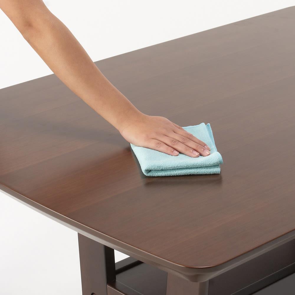 コンパクトLDラウンジダイニング 棚付きテーブル・幅115cm テーブルにはウレタン塗装を施しているので汚れてもお手入れ簡単です。