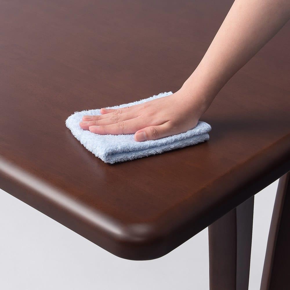 角が丸くて優しい天然木ダイニング テーブル 2本脚 幅90奥行75cm 天板は水や汚れに強くお手入れ簡単なウレタン塗装です。