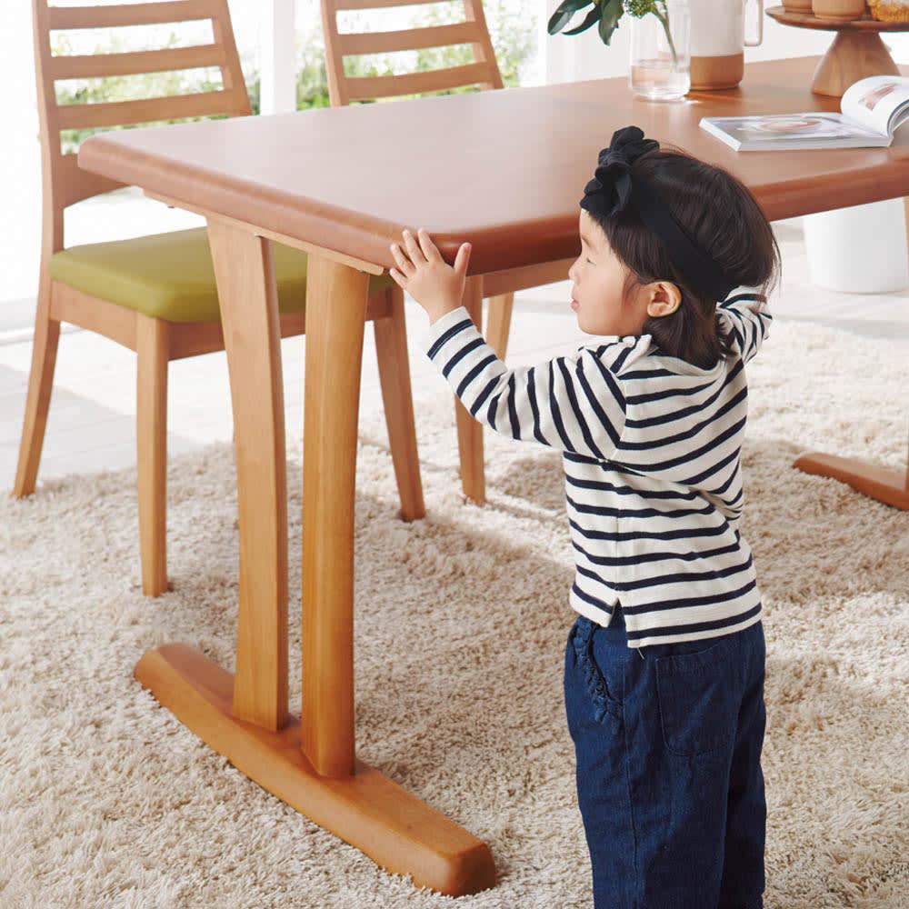 角が丸くて優しい天然木ダイニング テーブル 2本脚 幅125奥行75cm やさしい丸みでお子さまにも配慮。角に丸みを持たせた、小さなお子さまにもやさしいつくり。