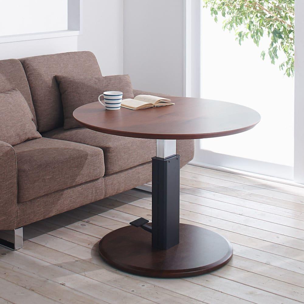 高さ自由自在 カフェスタイルダイニング 3点セット(昇降テーブル 径90ダークブラウン+ラウンジチェア×2) ソファ前に置いて、ソファ前テーブルとして。 ※お届けは昇降テーブル・径90cmです。