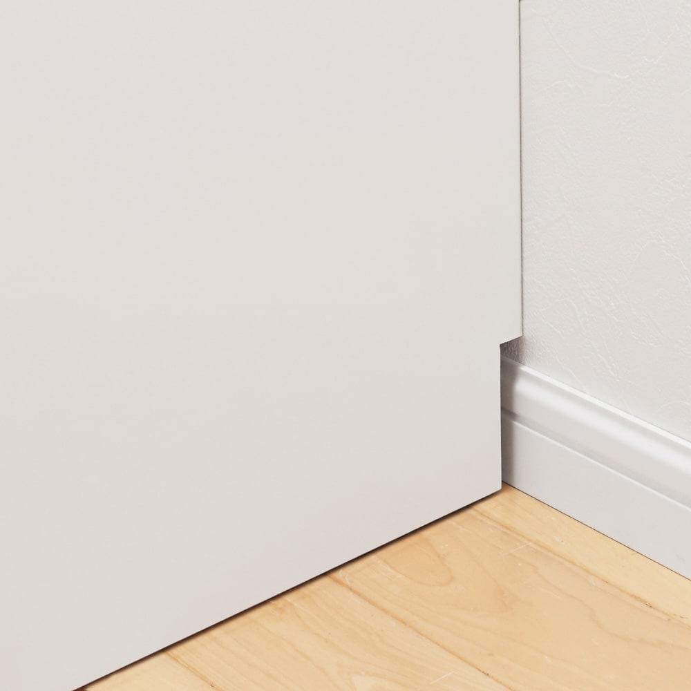 大型レンジがスッキリ隠せるダイニングボードシリーズ ダスト食器棚・幅57.5cm 本体を壁に寄せて設置しやすいよう、幅木カット処理を施しています。