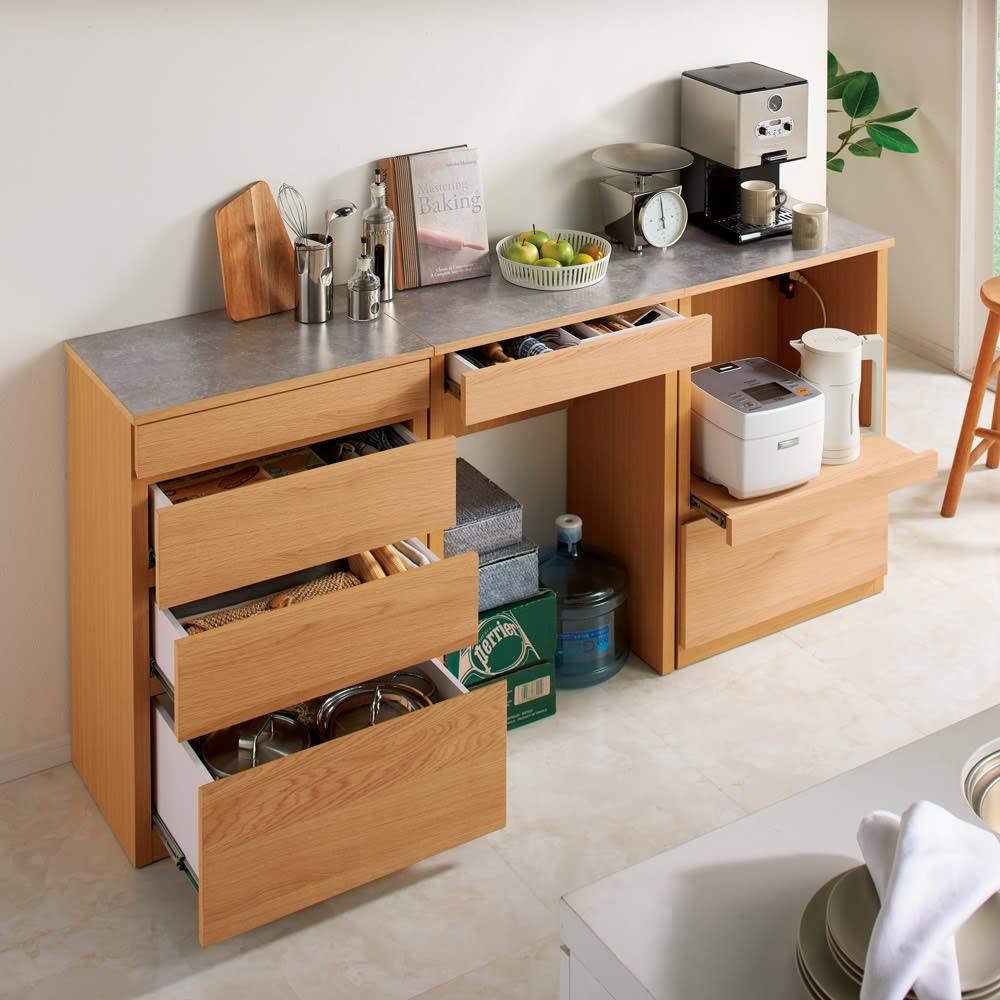 組み合わせ自由な大理石調天板キッチンカウンター ウォルナット 幅60cmカウンター 使用イメージ カウンター下はかさばるもののストックにも便利。 ※写真はオークタイプです。