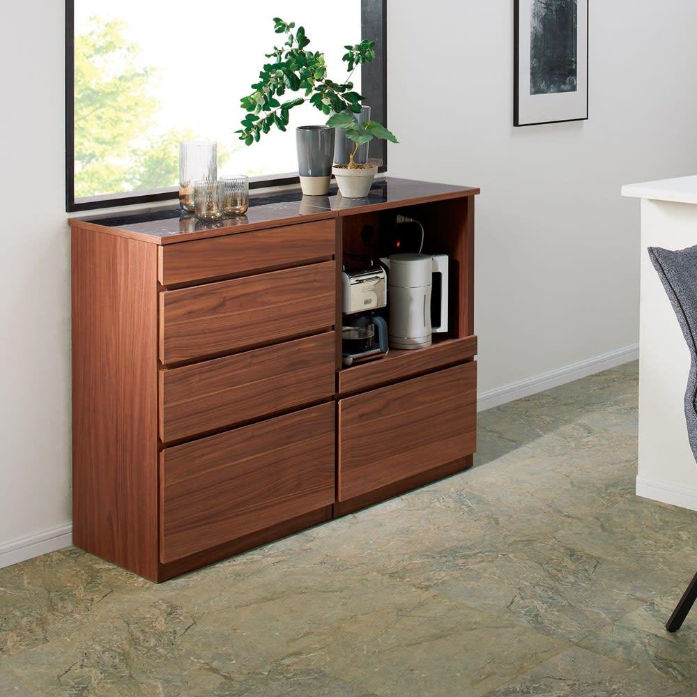 組み合わせ自由な大理石調天板キッチンカウンター ウォルナット 幅80cmカウンター 使用イメージ ダイニングやリビングにも調和するデザイン性。