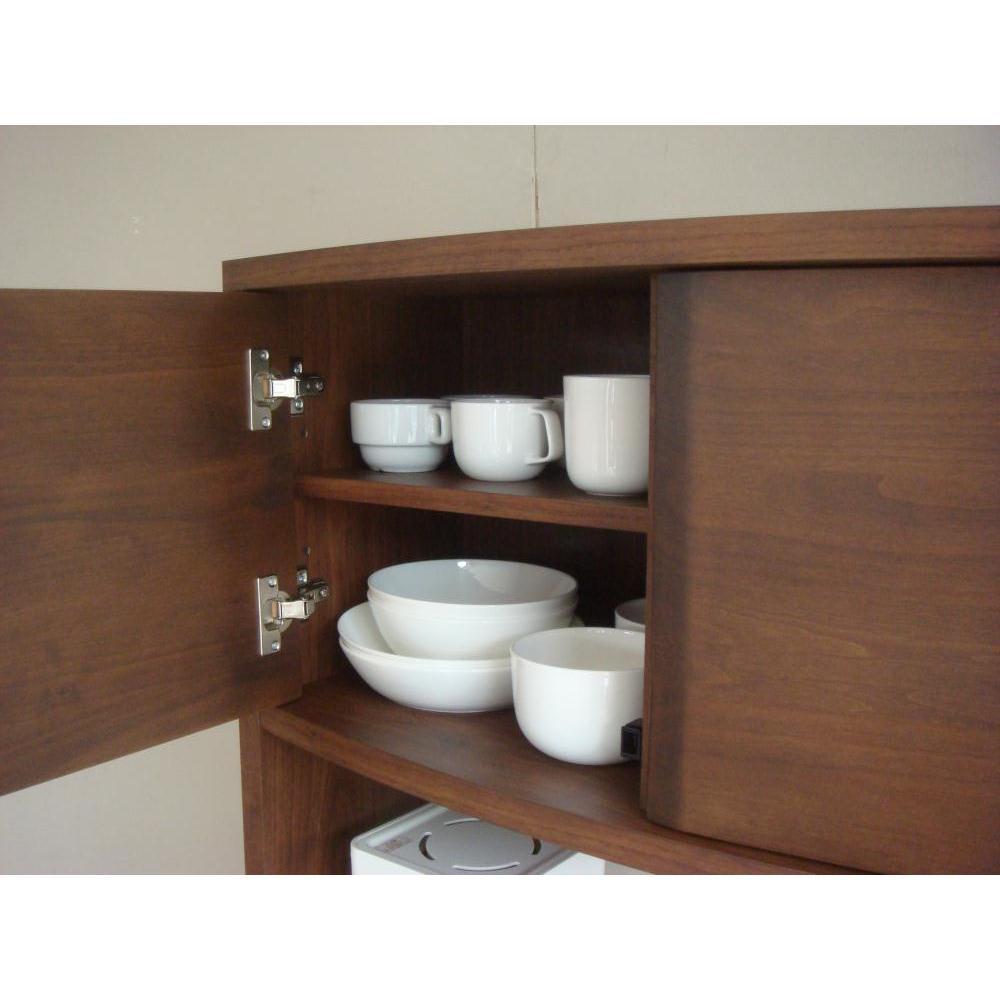アルダー天然木アールデザインシリーズ キッチンボード 幅120cm 上台扉の可動式の収納棚は5cm間隔調節3段で調節できます。