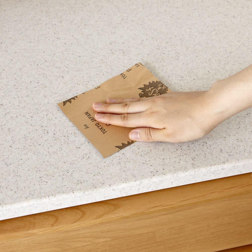 アルダー天然木アールデザインシリーズ キッチンボード 幅120cm 人工大理石の表面にキズがついた時には、付属のサンドペーパーでキズが消えるまで磨けば元の通りに。