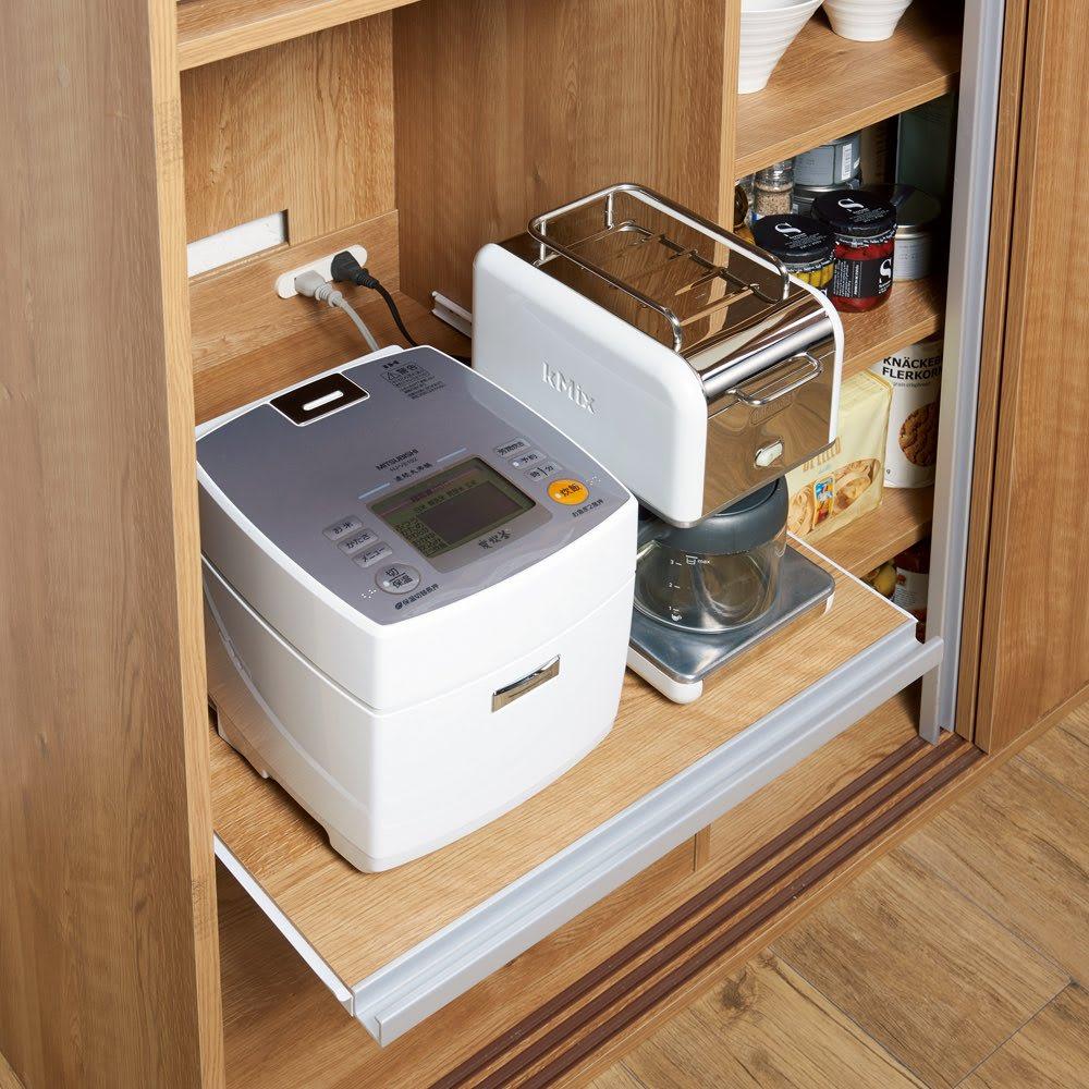 大量収納 3枚引き戸キッチン収納庫 蒸気が出る家電が使いやすいスライドテーブル。奥には2口コンセント付き。