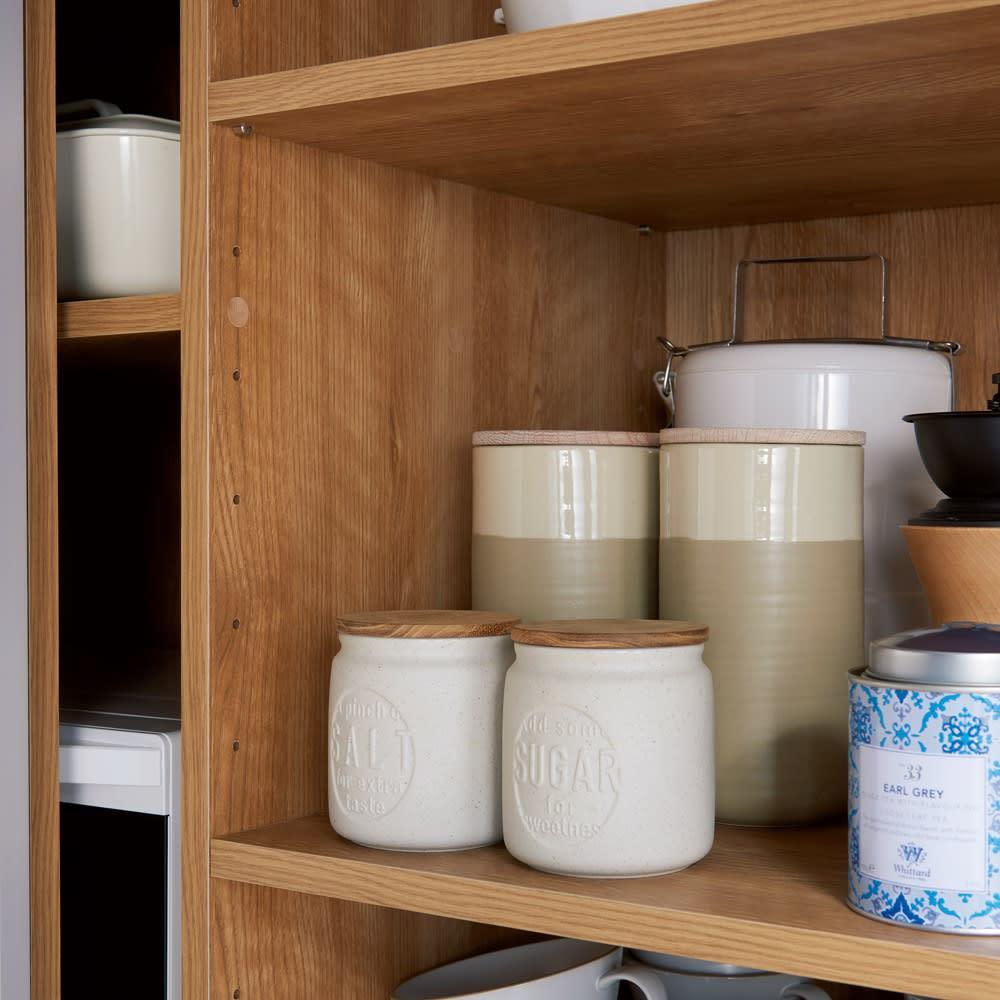大量収納 3枚引き戸キッチン収納庫 ストックエリアは6cm間隔で調節できる可動棚6枚付き。