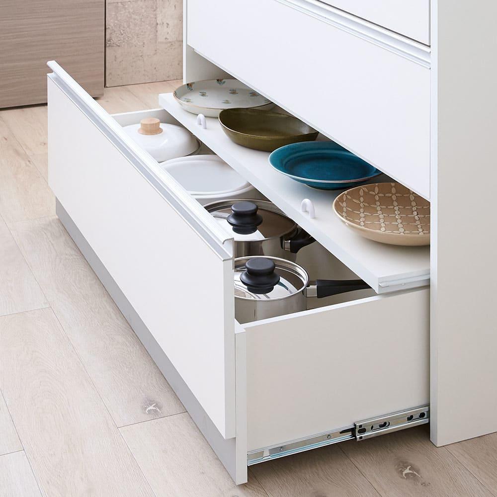 収納物を考えたキッチンカウンター ロータイプ(高さ85cm) 幅44.5cm 大皿もキレイに収まるスライド棚。形がまちまちな大皿も出し入れしやすく美しく収納。棚を外せばボトルもOK。(※最下段)
