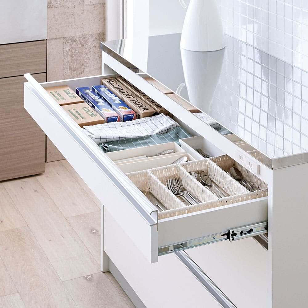 収納物を考えたキッチンカウンター ロータイプ(高さ85cm) 幅59.5cm 迷子になりがちな小物をきちんと整理。ラップ類やカトラリーなどがすっきり収まります。(※最上段)