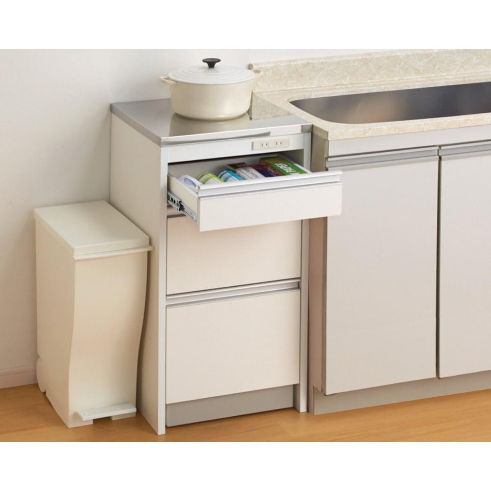 収納物を考えたキッチンカウンター ロータイプ(高さ85cm) 幅59.5cm (使用イメージ)シンクに合う高さ85cm。熱い鍋も置けるので、手狭になりがちな作業スペースの延長としてもご使用になれます。 ※写真は幅44.5cmタイプです。