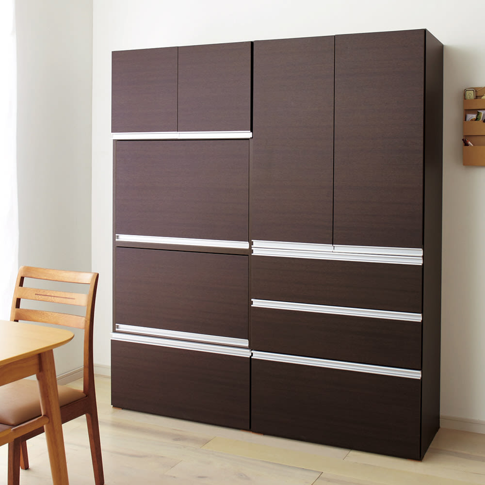 組立不要!家電を隠せるキッチン収納シリーズ 食器棚幅59.5cm (ア)ダークブラウンはダイニングルームを落ち着いた雰囲気に演出します。