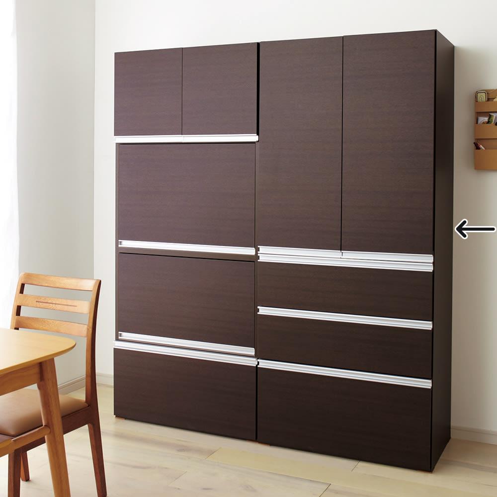 組立不要!家電を隠せるキッチン収納シリーズ 食器棚幅78cm (ア)ダークブラウンはダイニングルームを落ち着いた雰囲気に演出します。