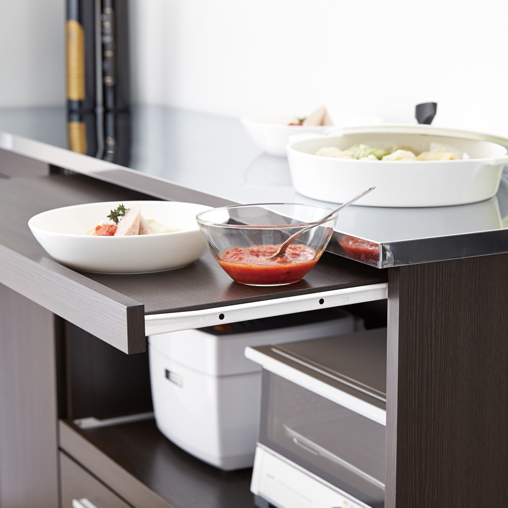 家電たっぷり収納ステンレス天板カウンター 幅119.5cm 料理の盛りつけやレンジ周りでの調理に便利なダブル天板仕様。広々したスペースで、ゆとりのキッチンを実現。