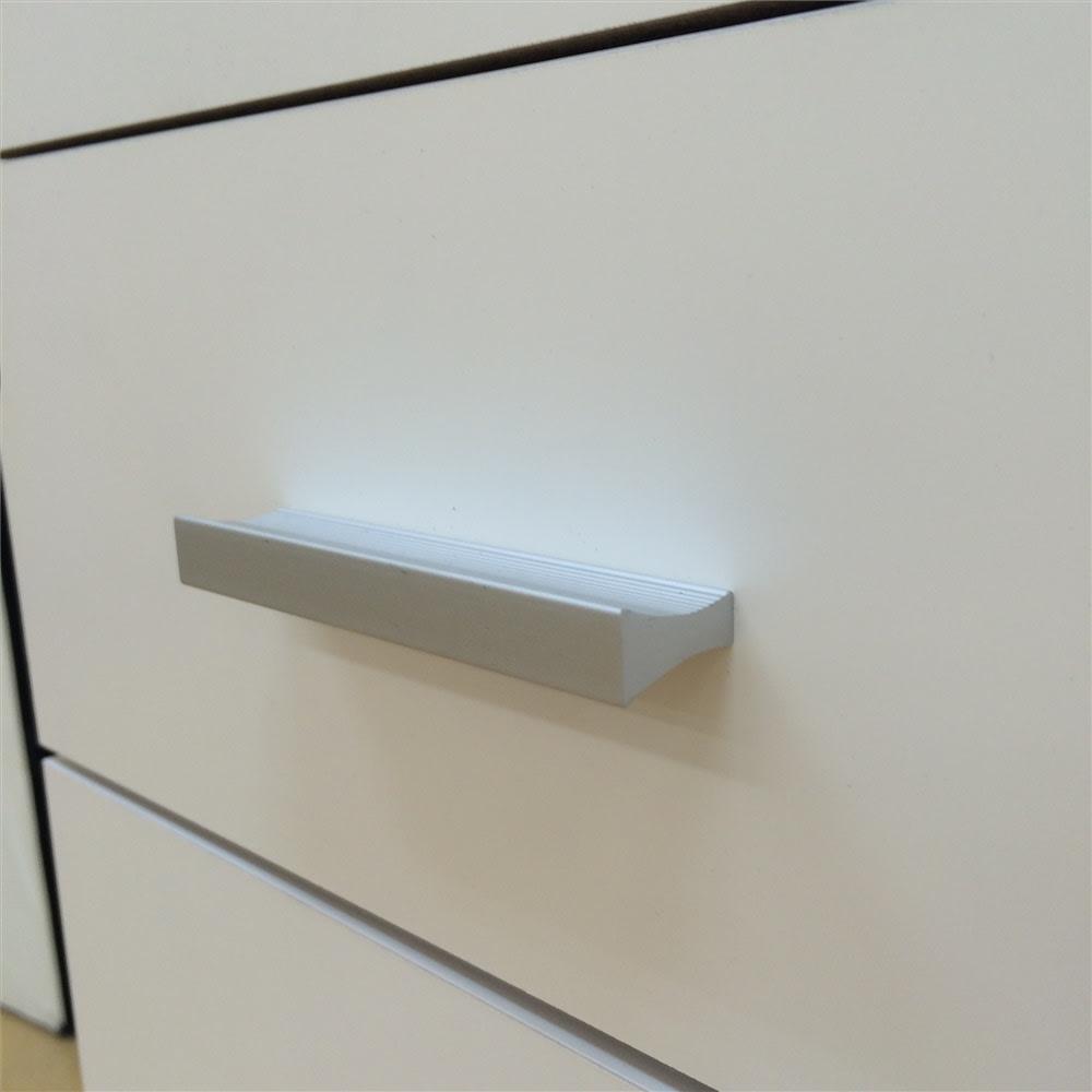 家電たっぷり収納ステンレス天板カウンター 幅149.5cm 取っ手はつまみやすくシンプルなデザイン。