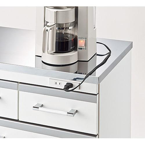 収納しやすいステンレストップカウンター ハイタイプ幅118cm 2口コンセント計1200W付き。 ミキサーなどのキッチン家電が使いやすい。