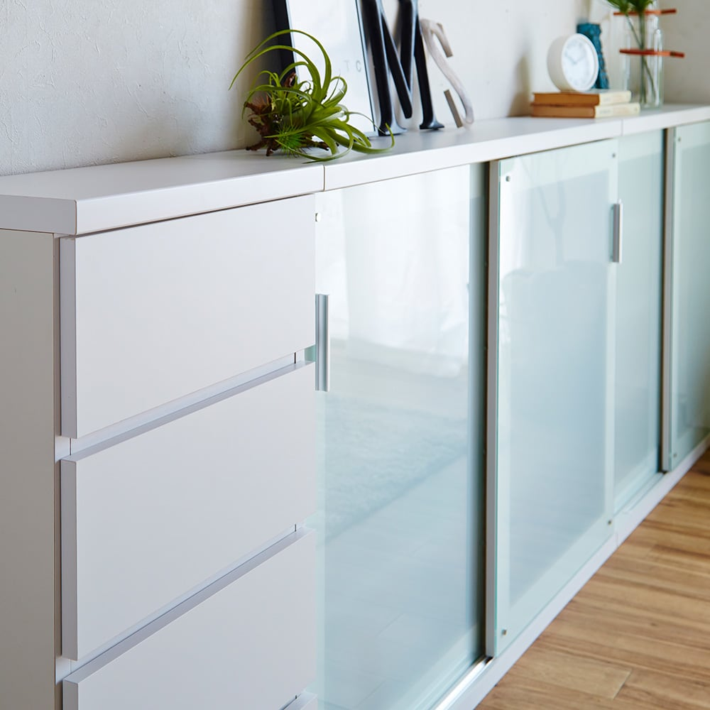 収納物の見やすい ガラス戸カウンター下収納庫 引き戸 幅120奥行22cm デッドスペースを生かして、食器、グラス、カトラリー、食品等のキッチンアイテムや本、書類までをまとめて収納できます。