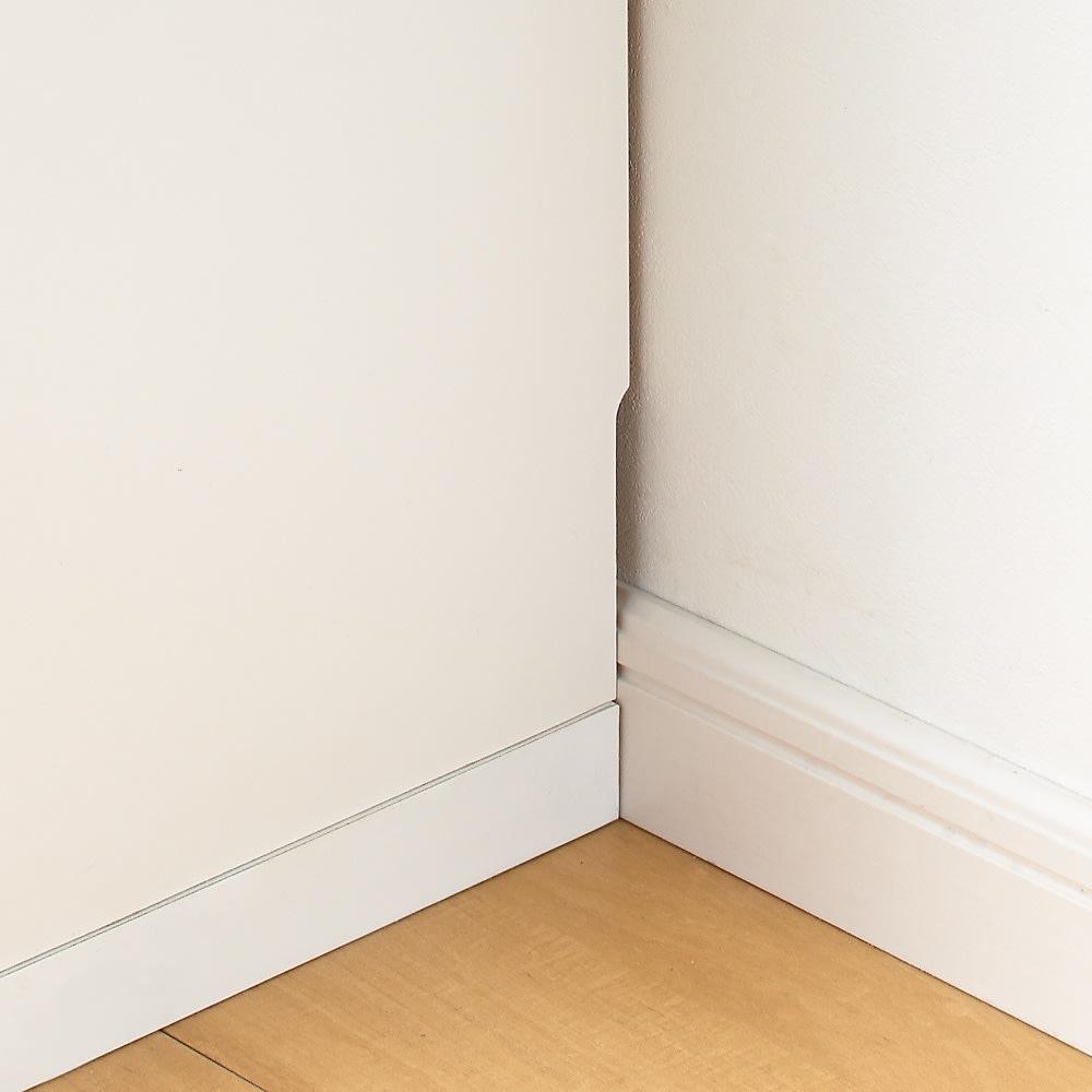 収納物の見やすい ガラス戸カウンター下収納庫 引き戸・幅120cm 幅木カット(9×0.6cm)を施しています。幅木がある壁にもぴったりと設置ができます。