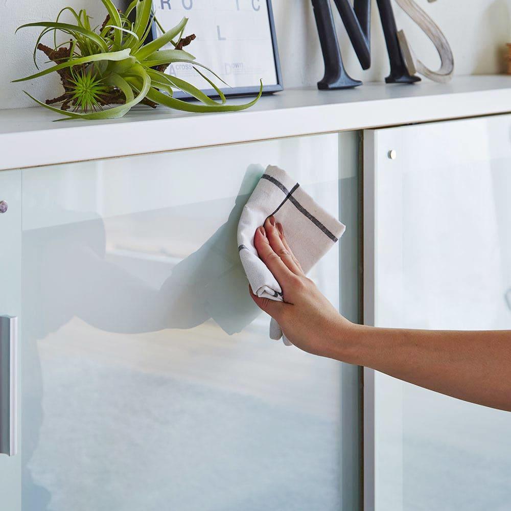収納物の見やすい ガラス戸カウンター下収納庫 引き戸・幅150cm 【ポイント】 収納物をうっすら見せるガラス戸を採用。 扉には4mm厚の強化ガラスを使用しています。