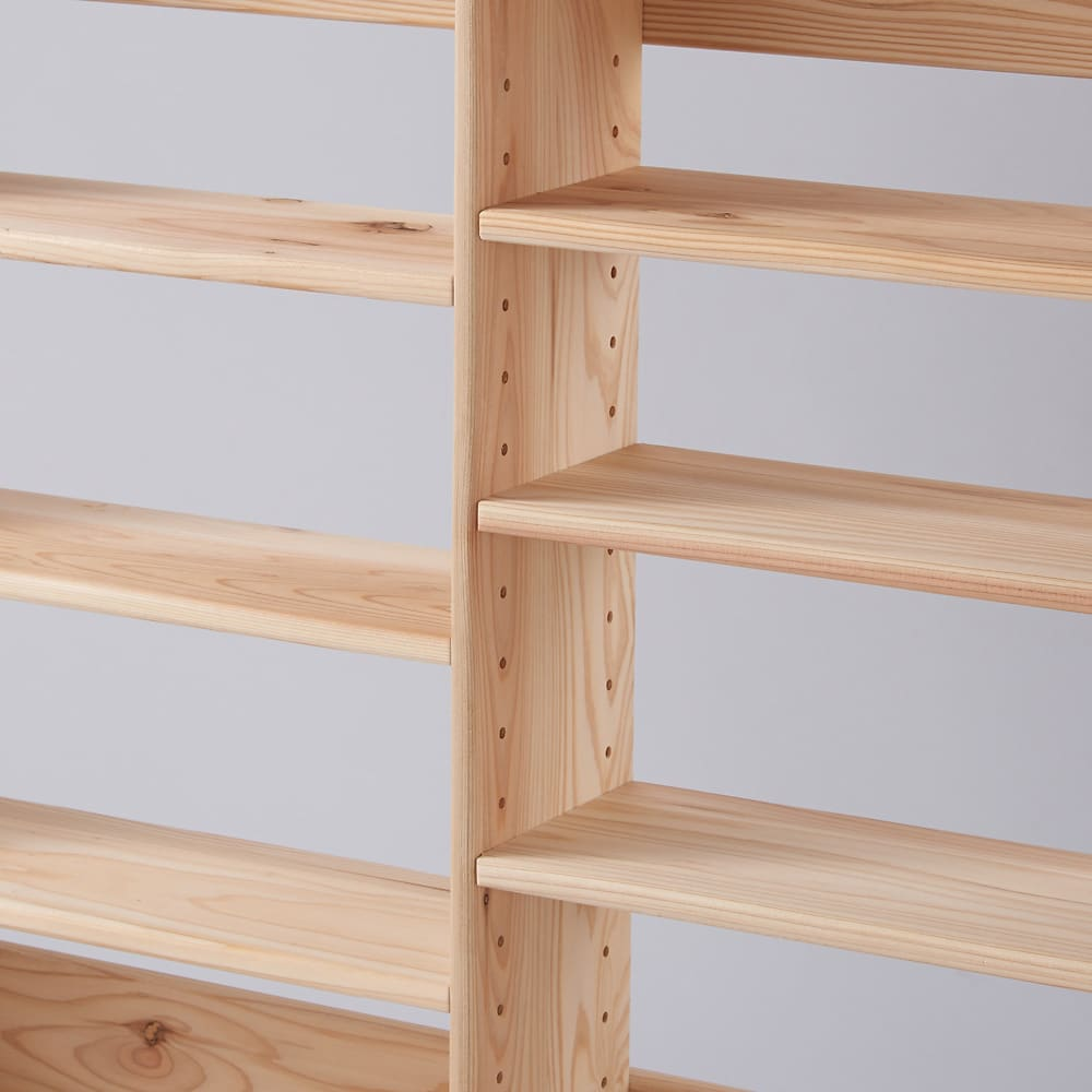 薄型奥行15cm 国産杉の天然木ラック 幅120.5高さ70cm 隣り合う棚板は上下ずらして設置する仕様です。