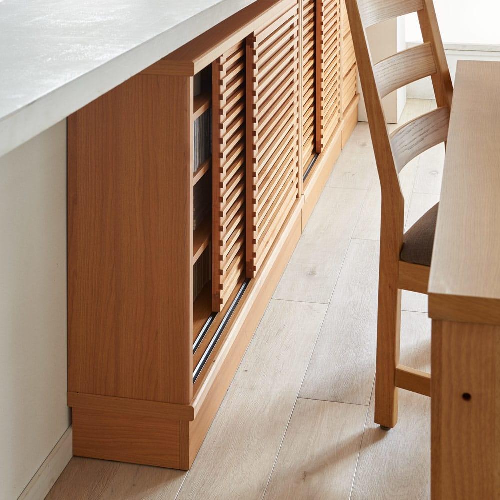 アルダー格子引き戸収納庫 幅120cm奥行35cm 開閉にスペースを取らない引き戸式なので、ダイニングセットの背面にも設置可能。