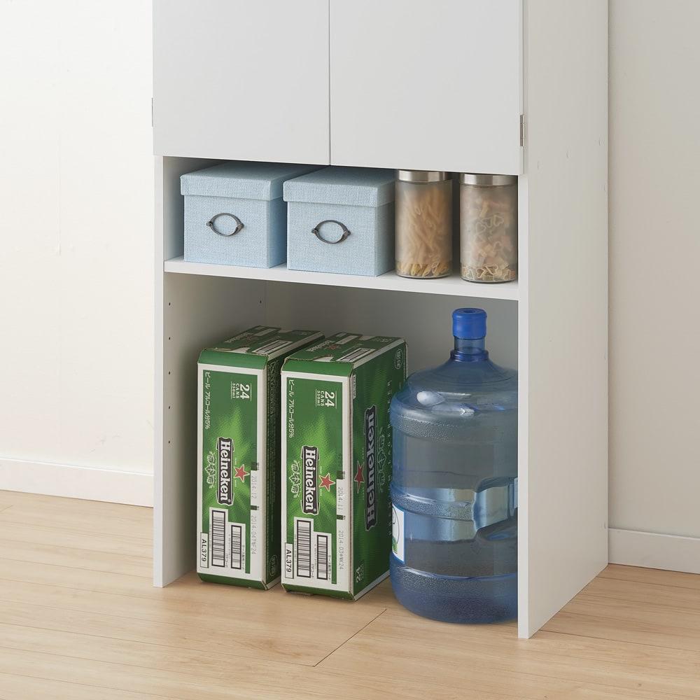 《幅69cm》ゴミ箱上を有効活用!下段オープンたっぷり収納庫 【オープン部収納例 3 】缶ビールのケースやウォーターサーバーの替え水など重い物を。